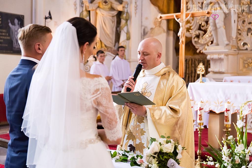 Reportaż ślubny Jelenia Góra, Wrocław i okolice. Zdjęcia ślubne Ewy i Bartka - Wojcieszyce oraz Dwór Korona Karkonoszy.