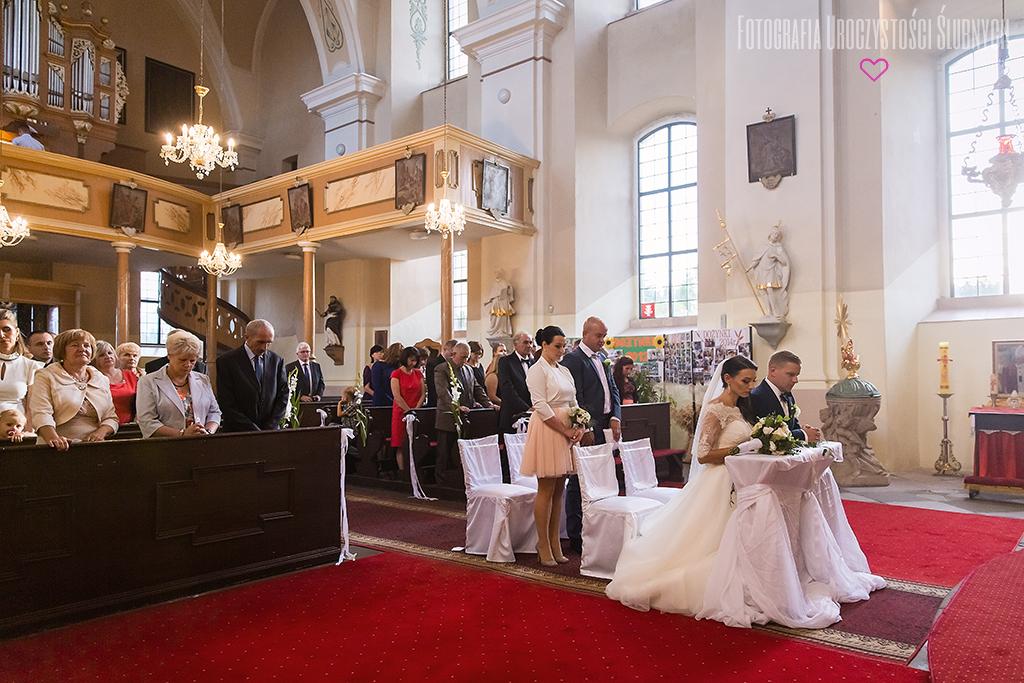Reportaż ślubny Jelenia Góra, Wrocław i okolice. Zdjęcia ślubne Ewy i Bartka - Wojcieszyce, kościół św. Barbary oraz Dwór Korona Karkonoszy w Sosnówce.