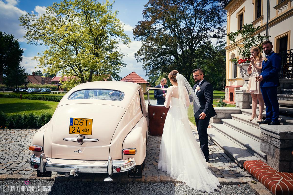 Zdjęcia ślubne w Pałacu w Borku Strzelińskim, koło Strzelina, pod Wrocławiem. Fotografia ślubna Wrocław, Jelenia Góra.
