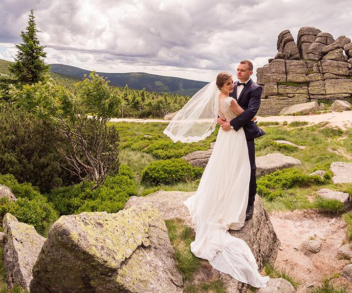 Karolina i Maciej - sesja ślubna w górach na Szrenicy