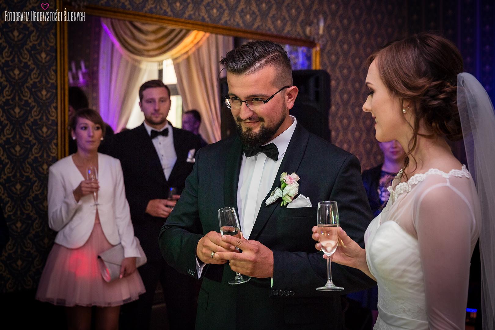 Reportaż ślubny Oli i Szymona w Borku Strzelińskim pod Wrocławiem. Klaudia Cieplińska - fotograf ślub Wrocław, Jelenia Góra.