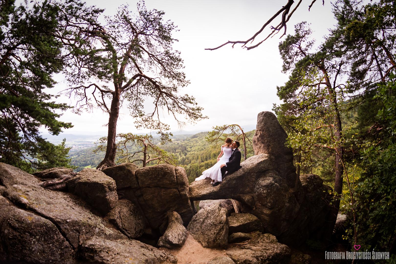 Zdjęcia ślubne w górach, sesja plenerowa na Chojniku, fotografia ślubna jelenia góra.
