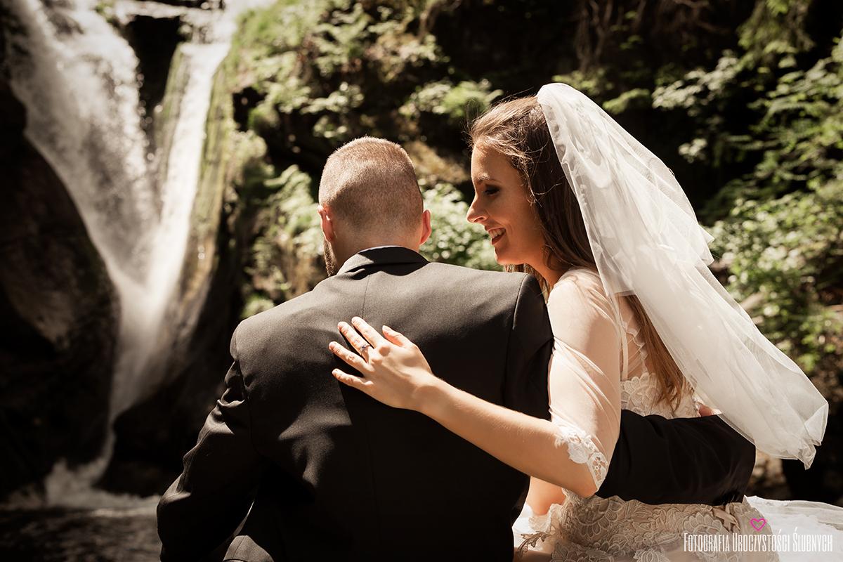 Sesja ślubna plenerowa przy Wodospadzie Szklarki w Szklarskiej Porębie. Zdjęcia ślubne w górach. Fotografia ślubna Jelenia Góra