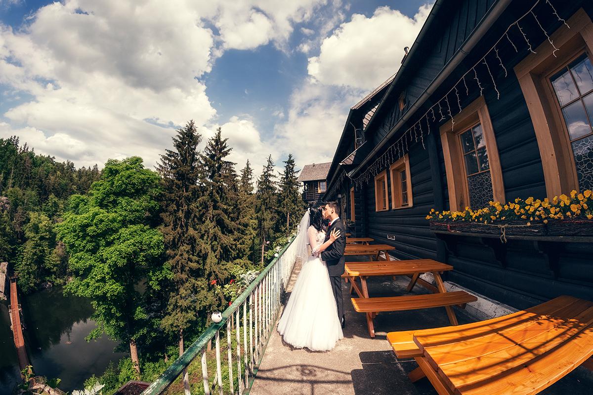 Sesja ślubna Perła Zachodu. Plener ślubny w okolicach Perły Zachodu w Siedlęcinie koło Jeleniej Góry. Piękna leśna sesja plenerowa.
