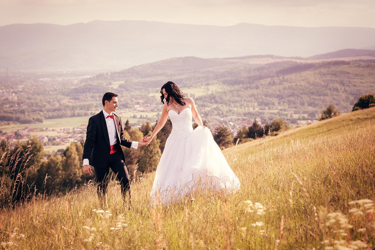 Przepiękna sesja ślubna na Górze Szybowcowej w Jeżowie Sudeckim. Plener ślubny Jelenia Góra. Artystyczne zdjęcia ślubne.