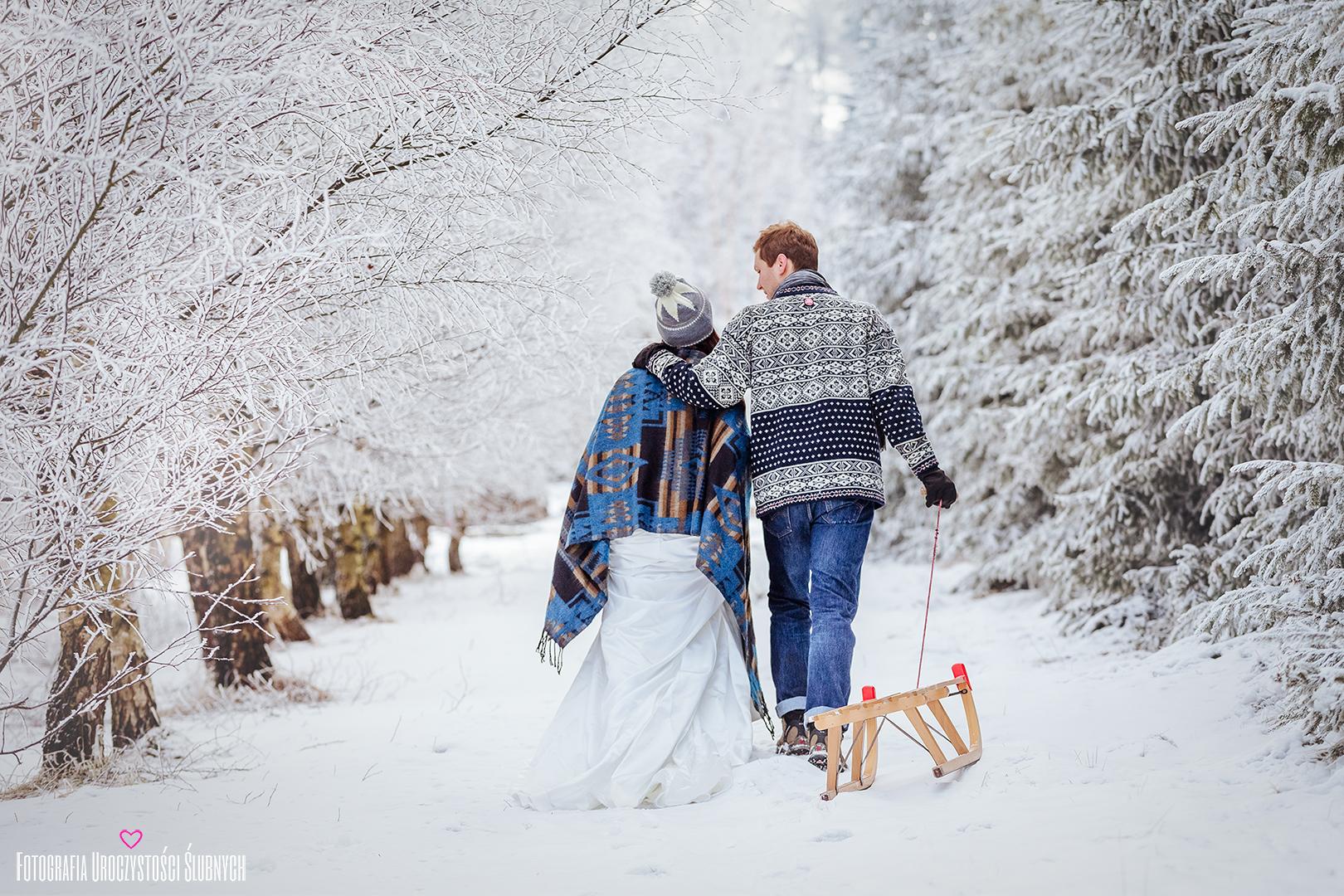 Super zimowa sesja ślubna w górach, w sercu Karkonoszy, w Szklarskiej Porębie. Sanki, retro biegówki, kolorowa stylizacja ślubna. Fotografia ślubna Jelenia Góra