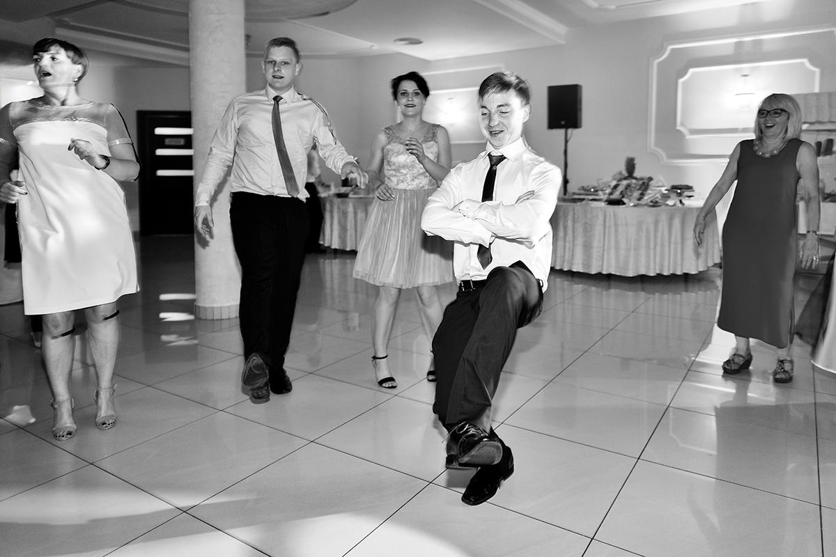 Reportaż ślubny uroczych Gosi i Kuby z Boguszów-Gorce koło Wałbrzycha. Klaudia Cieplińska - fotograf Jelenia Góra