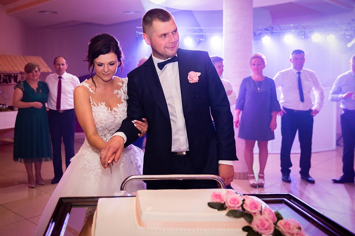 Reportaż ślubny uroczych Gosi i Kuby z Boguszów-Górce koło Wałbrzycha. Klaudia Cieplińska - fotograf Jelenia Góra