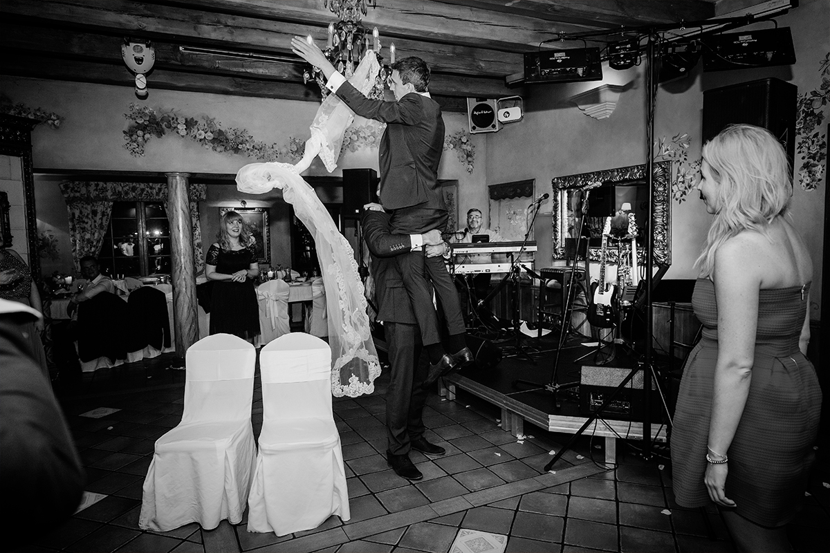 Reportaże ślubne, sesje narzeczeńskie, fotografia ślubna Wrocław. Zdjęcia wykonane dla Roksany i Marcina podczas październikowego ślubu i wesela we Wrocławiu.