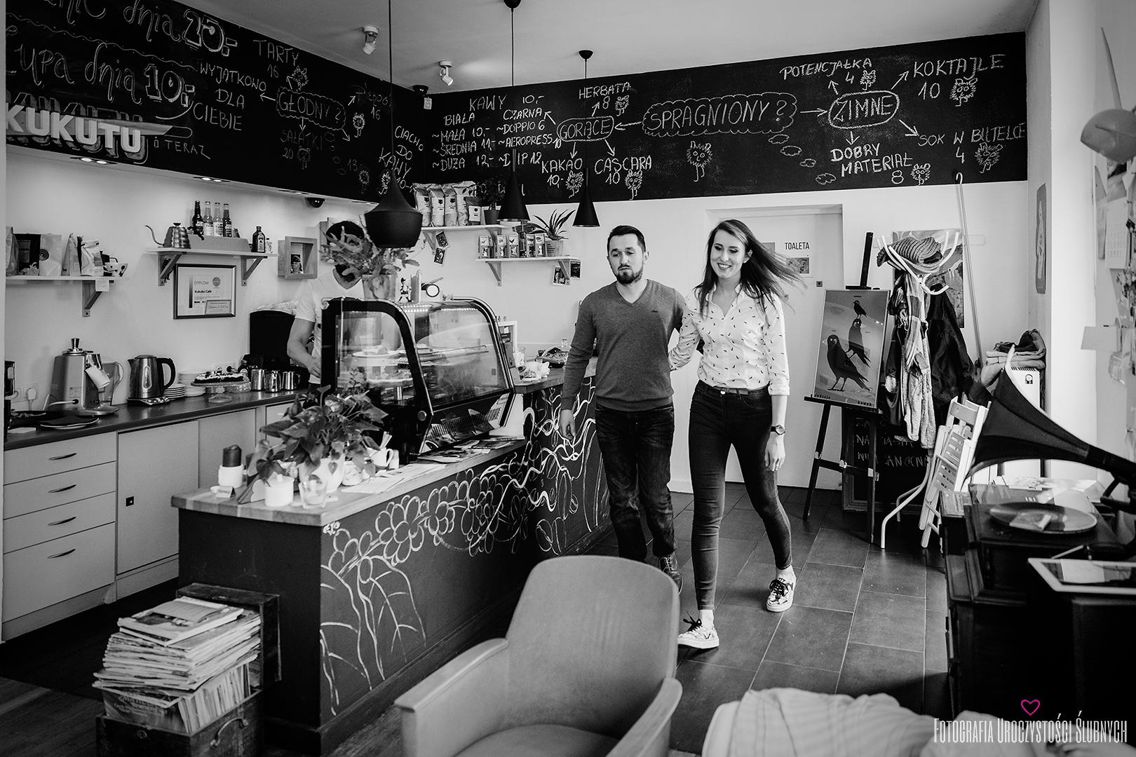 Fotografia ślubna Jelenia Góra - kawiarnia Kukutu Cafe. Ola i Łukasz na miejsce swojej sesje narzeczeńskiej wybrali klimatyczną kawiarnię w Jeleniej Górze, gdzie przy pysznej kawie miałam przyjemność wykonać dla nich sesję narzeczeńską.