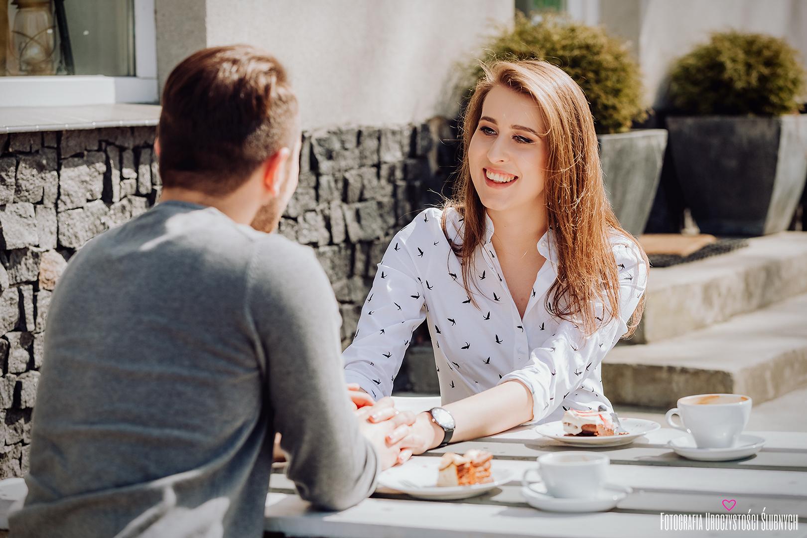 Sesja narzeczeńska Jelenia Góra - kawiarnia Kukutu Cafe. Ola i Łukasz na miejsce swojej sesje narzeczeńskiej wybrali klimatyczną kawiarnię w Jeleniej Górze, gdzie przy pysznej kawie miałam przyjemność wykonać dla nich sesję narzeczeńską.