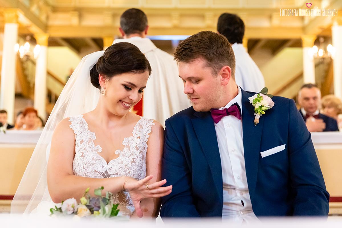 Niezwykła atmosfera podczas ślubu Moniki i Bartka w Dworze Korona Karkonoszy koło Jeleniej Góry. fotografia ślubna Jelenie Góra
