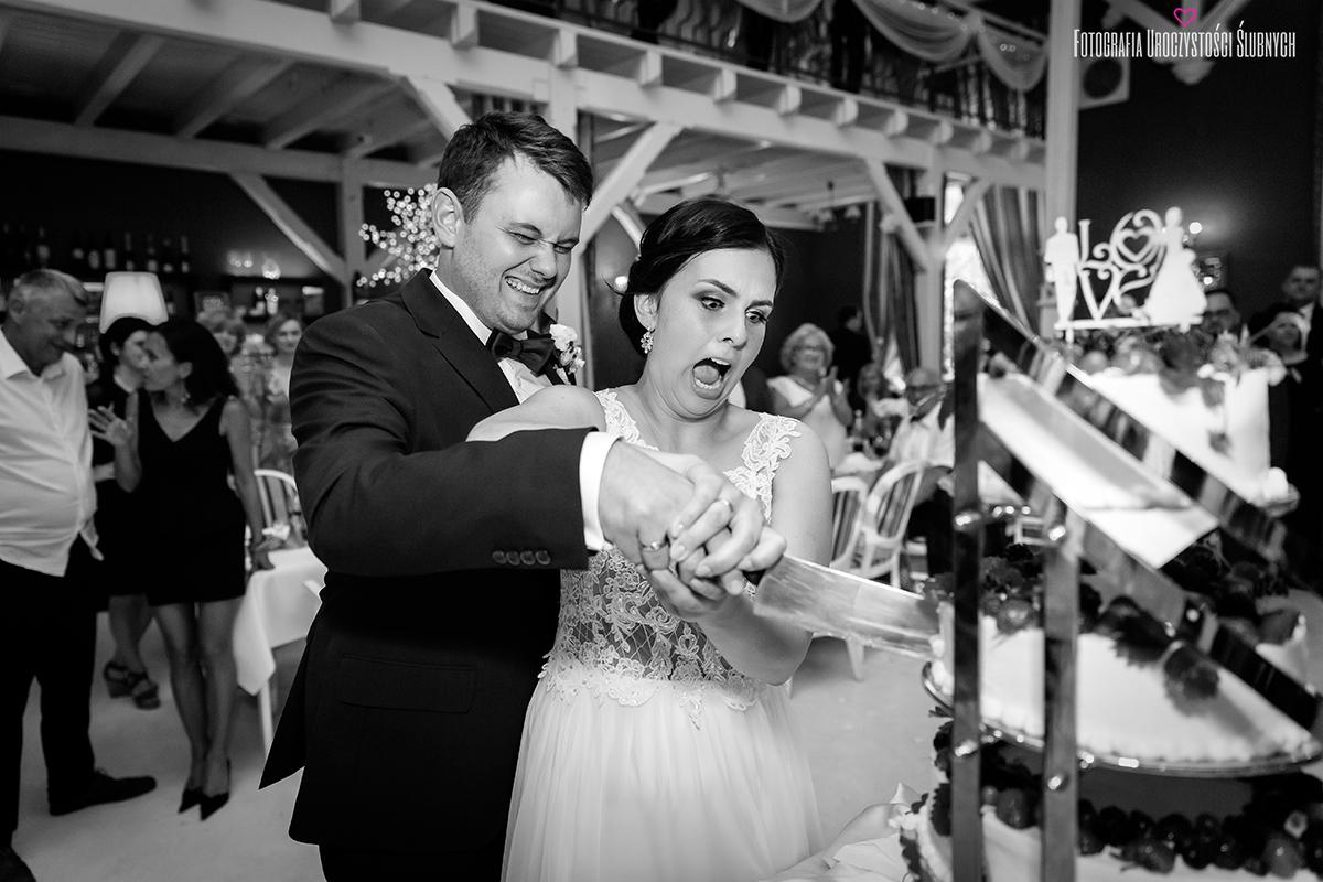 Niezwykła atmosfera podczas ślubu Moniki i Bartka w Dworze Korona Karkonoszy koło Jeleniej Góry. Najpiękniejsze momenty zachowane na mojej fotografii ślubnej Jelenia Góra i okolice